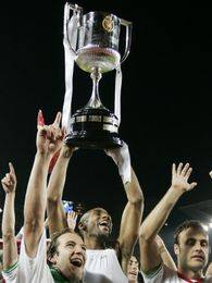 Los jugadores sevillistas levantan el trofeo, tras ganar la Copa del Rey (09/10)