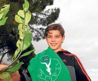 Carlos González Lobato posa para ED con la corona de laurel que le acredita como campeón.