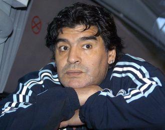 En la imagen Diego Armando Maradona apoyado en sus manos.