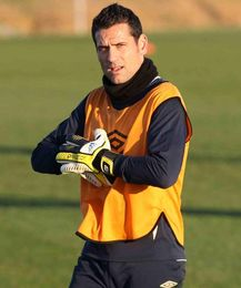 Palop se ajusta los guantes durante un entrenamiento.