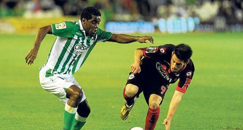 El tico trata de regatear a Pizzi en el pasado encuentro ante el Deportivo.