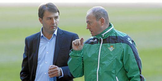 Vlada Stosic y Pepe Mel dialogan durante un entrenamiento.
