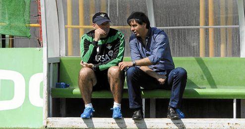 Pepe Mel y Stosic conversando durante un entrenamiento del Betis.