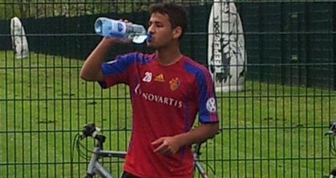 Ahmed Refaat se hidrata durante un entrenamiento.