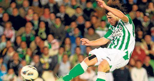 Beñat realiza un remate acrobático ante el Deportivo.