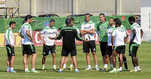 Pepe Mel alecciona a sus hombres durante el entrenamiento de ayer.