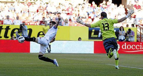 Casilla falla en el tercer gol del Sevilla.