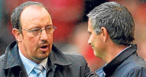 Benítez y Mourinho se saludan antes de un Liverpool-Chelsea cuando eran entrenadores de ambos equipos.