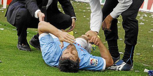 Mario Bermejo es atendido por los servicios sanitarios del Celta.