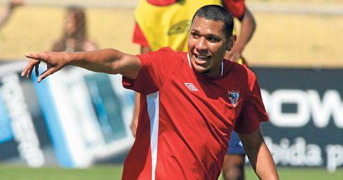 Hedwiges Maduro da indicaciones a sus compañeros en una sesión de entrenamiento del Sevilla.