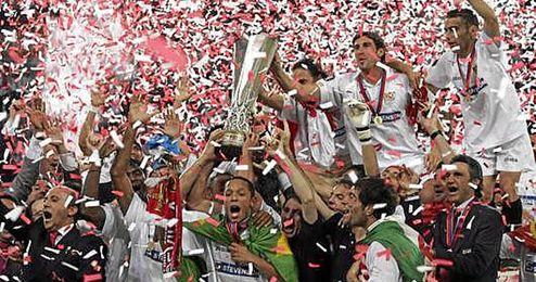 El Sevilla levantando su primera Copa de la UEFA.