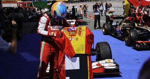 Alonso celebró la victoria ondeando una bandera de España