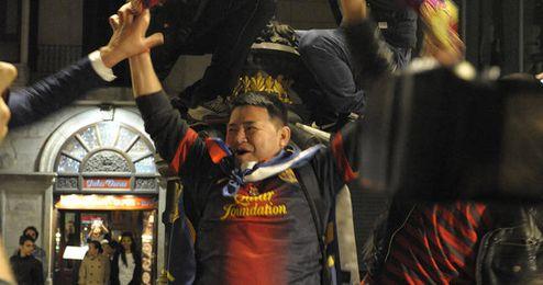 Aficionados tomando la fuente de Canaletas tras la consecución de la Liga.