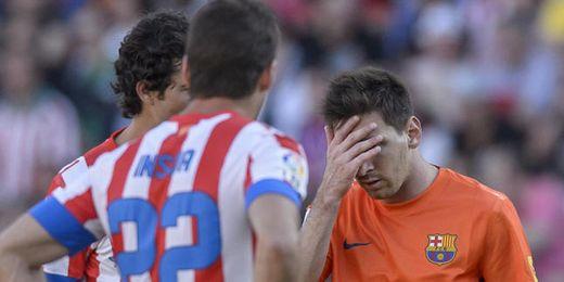 Messi saliendo del Calderón dolido de su pierna derecha.
