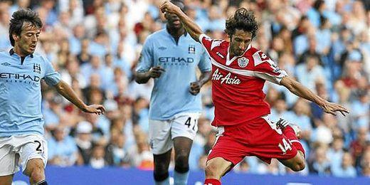 Esteban Granero golpea el balón durante un partido entre el QPR y el Manchester City.