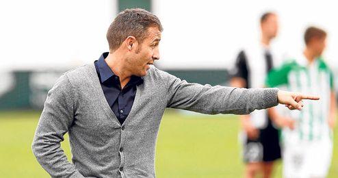 Óscar Cano seguirá al frente del Betis B la próxima temporada.