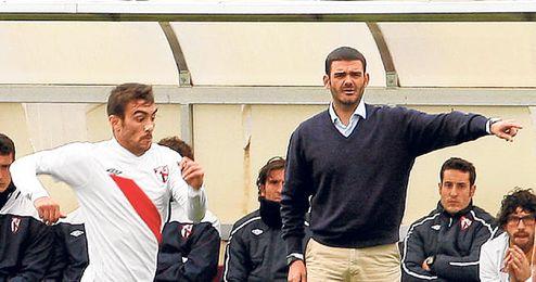 Ramón Tejada, da instrucciones a sus jugadores en el duelo de ante el Lucena.