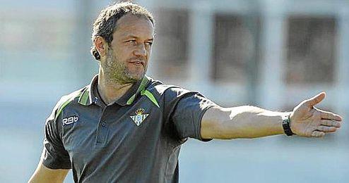 Risto Vidakovic dirigiendo un entrenamiento del Betis B.