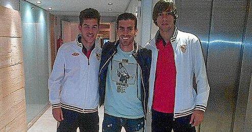 Alejandro Alfaro posa junto a Curro y José Antonio Caro, también nacidos en La Palma del Condado.