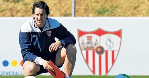 Emery sólo piensa en el Sevilla y tiene muy claro que, pase lo que pase esta temporada y por muy golosas que sean las ofertas, estará en Nervión, como mínimo, hasta el 30 de junio de 2014.