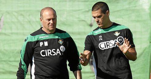 Pepe Mel junto a Juanito durante un entrenamiento del Betis.