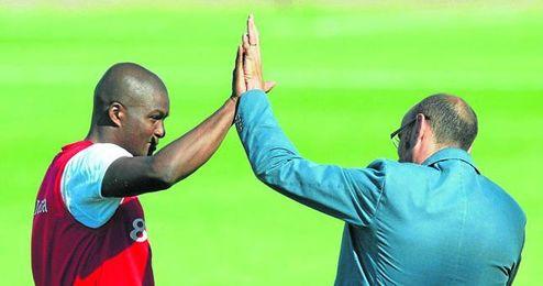 Aquivaldo Mosquera y Monchi, que le reclutó para el Sevilla en el verano de 2007 por ocho millones de euros, se saludan durante un entrenamiento en la ciudad deportiva sevillista.
