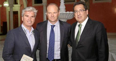 Miguel Guillen, Pepe Mel y Antonio Pulido en la presentación de la segunda novela del técnico verdiblanco.