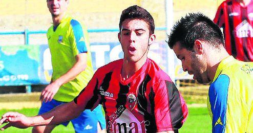 El extremo Luis, del Cabecense, en un duelo de esta temporada ante el Coria.