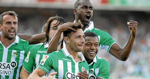 Rubén Castro celebra el primer gol ante el Zaragoza rodeado por sus compañeros.
