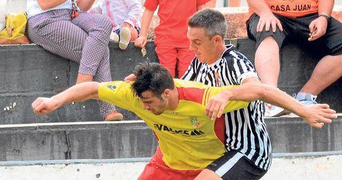 Víctor Gago, expulsado ayer en el minuto noventa, presiona al visitante Campillo.