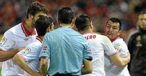 Medel durante una discusión con el árbitro al ser expulsado.