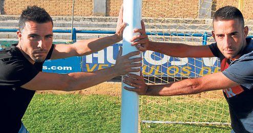 En la imagen, Selu y Manu Fidalgo posan para ESTADIO en una de las porterías del Guadalquivir; ambos confían en estar en el bombo de la segunda ronda.