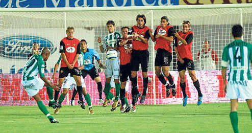 Imagen de la falta directa ejecutada magistralmente por el brasileño Marcos Assunçao en Son Moix en la temporada 2004/2005.