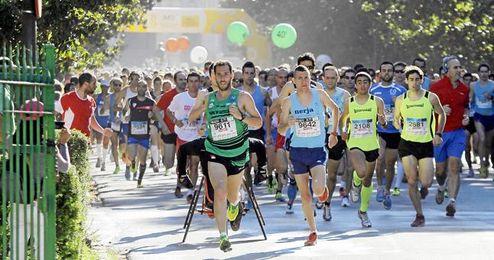 Cientos de corredores han disputado la prueba en el Parque de María Luisa.