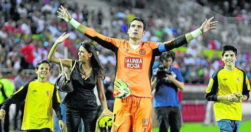 Andrés Palop, durante la despedida que le brindó la afición en el partido del pasado sábado, en el que ocupó, por última vez, la portería sevillista.