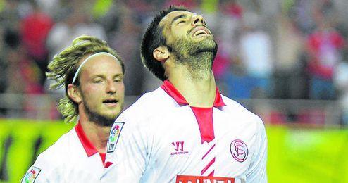 Álvaro Negredo celebra uno de los cuatro goles que marcó en el partido del sábado contra el Valencia.