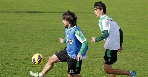 Los dos jugadores béticos con pasado rojiblanco en un entrenamiento de esta temporada.