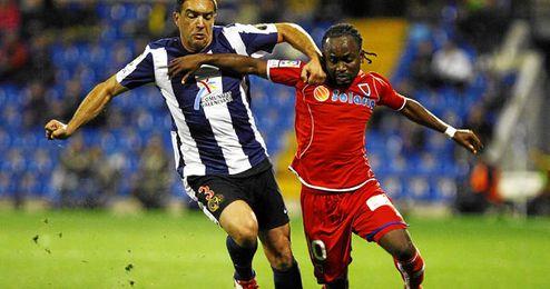 El congoleño trata de marcharse del lateral del Hércules Juanra.