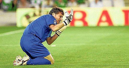 El guardameta del Athletic Club de Bilbao, en el momento en el que la botella lanzada impactó en su rostro.