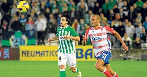 Los vizcaínos Beñat Etxeberría y Mikel Rico, en un lance del Betis-Granada de esta temporada.