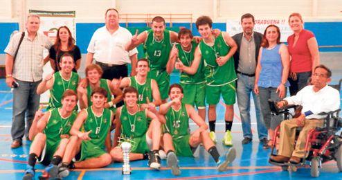Los ganadores de la ´Final Four´ posan con el delegado de la FAB en Sevilla.