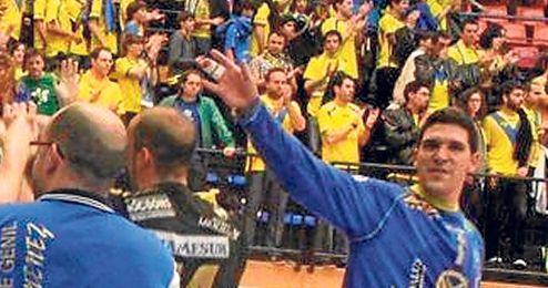 El guardameta sevillano Jorge Oliva, a la derecha, celebrando el ascenso con sus compañeros del Ángel Ximénez.
