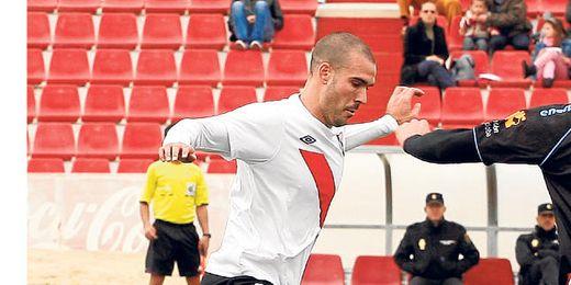 El central y capitán del Sevilla Atlético ´Pichu´ Atienza abandona la disciplina nervionense a final de mes.