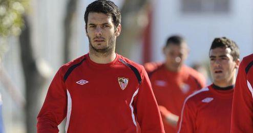 Emir Spahic tendrá que regresar al Sevilla tras no haber hecho efectiva el Anzhi la opción de compra sobre él.