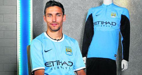 Jesús Navas, en la imagen posando con la camiseta del Manchester City, celebra que su nuevo club haya fichado para el banquillo a Manuel Pellegrini.