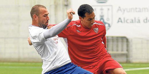 El alcalareño Jorge Vázquez pugna con el sevillista Branco.