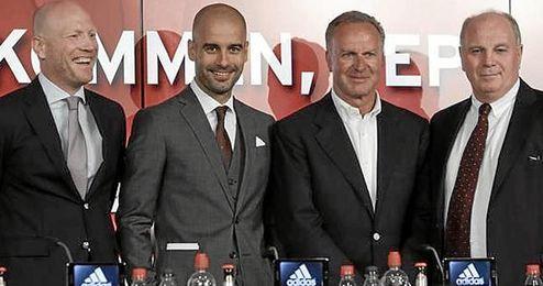 Guardiola junto a los directivos del Bayern Munich.