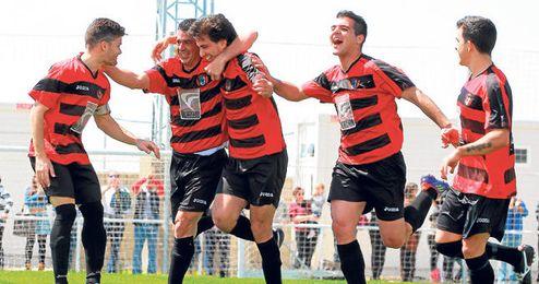 Los jugadores del Gerena celebran un gol durante el partido frente al San José.