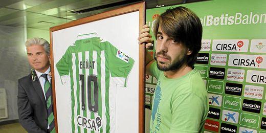 Beñat recibió un obsequio por parte del club
