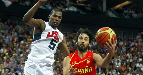 Navarro penetra ante la oposición de Durant en la pasada final olímpica.